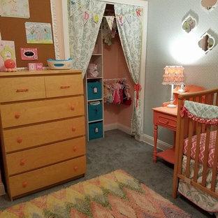 Imagen de habitación de invitados moderna, pequeña, sin chimenea, con paredes rosas y moqueta