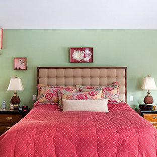 Ejemplo de dormitorio tradicional con paredes verdes