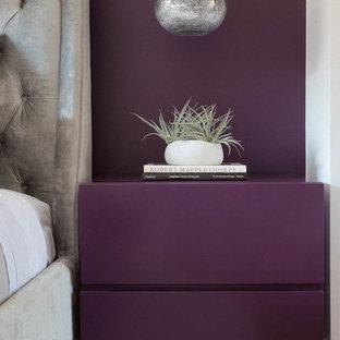 ニューヨークの小さいコンテンポラリースタイルのおしゃれな客用寝室 (紫の壁)