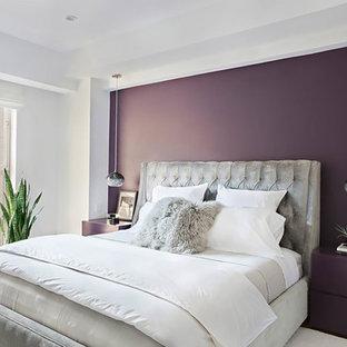 Foto de habitación de invitados actual, pequeña, con paredes púrpuras