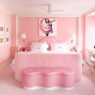 Foto de dormitorio actual con paredes rosas, moqueta y suelo rosa