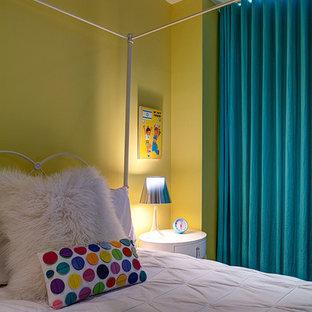 Diseño de habitación de invitados tradicional renovada, grande, sin chimenea, con paredes amarillas, moqueta y suelo gris