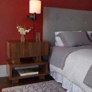 Стильный дизайн: хозяйская спальня в стиле модернизм с красными стенами и паркетным полом среднего тона - последний тренд