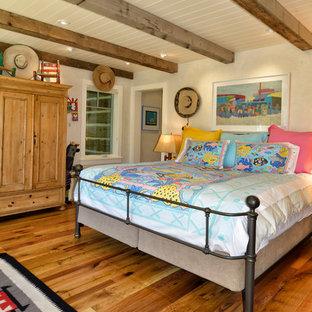 Idéer för ett rustikt sovrum, med beige väggar och mellanmörkt trägolv