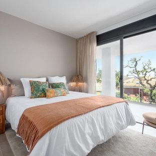 Diseño de dormitorio mediterráneo, sin chimenea, con paredes beige y suelo beige