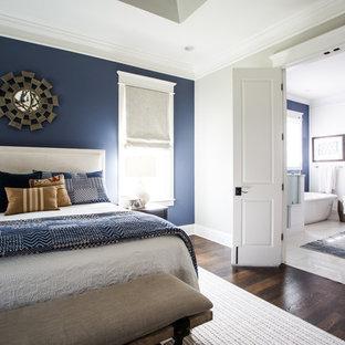 Foto di una camera matrimoniale chic di medie dimensioni con pareti blu, parquet scuro e camino classico