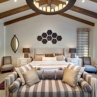 Großes Mediterranes Hauptschlafzimmer mit weißer Wandfarbe, Kalkstein und grauem Boden in Sonstige