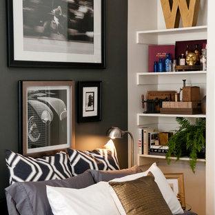 サンフランシスコの小さいコンテンポラリースタイルのおしゃれな寝室 (グレーの壁、濃色無垢フローリング)