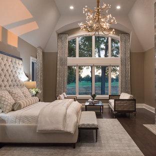 Idéer för ett mycket stort modernt huvudsovrum, med beige väggar, mörkt trägolv, en dubbelsidig öppen spis, en spiselkrans i trä och brunt golv