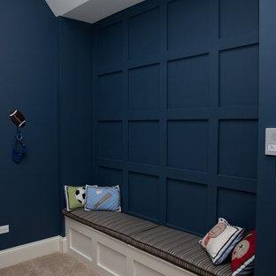 Inspiration för mellanstora gästrum, med blå väggar och heltäckningsmatta
