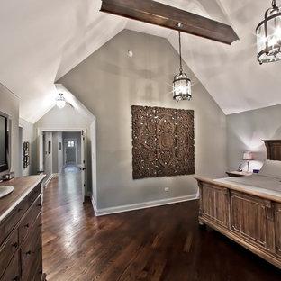Diseño de habitación de invitados rural, de tamaño medio, sin chimenea, con paredes grises y suelo de madera oscura