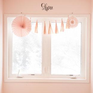 Diseño de dormitorio tipo loft, tradicional renovado, de tamaño medio, con paredes rosas, moqueta y suelo beige