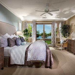 Immagine di una camera matrimoniale stile shabby di medie dimensioni con pareti marroni, moquette, nessun camino e pavimento beige
