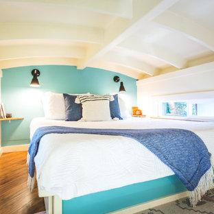 Diseño de dormitorio marinero, pequeño, con paredes azules, suelo laminado y suelo marrón