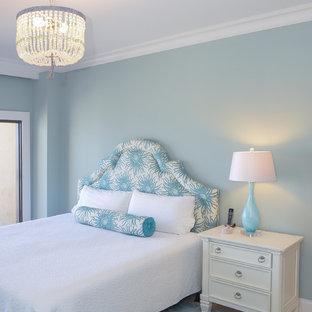 Idéer för ett mellanstort maritimt gästrum, med blå väggar