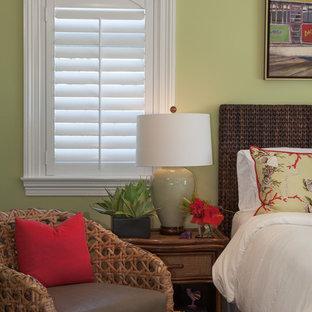 Foto de dormitorio principal, tropical, de tamaño medio, sin chimenea, con paredes verdes y suelo de madera clara