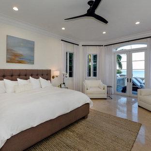 Diseño de dormitorio principal, marinero, grande, sin chimenea, con paredes beige, suelo de piedra caliza y suelo beige