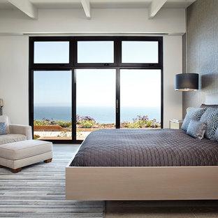 Idéer för ett modernt huvudsovrum, med vita väggar, klinkergolv i porslin och grått golv