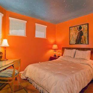 Ispirazione per una camera degli ospiti tropicale di medie dimensioni con pareti arancioni, pavimento in terracotta e nessun camino