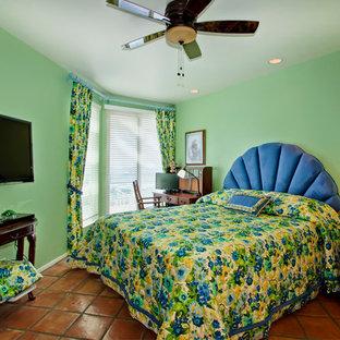 Modelo de dormitorio principal, exótico, de tamaño medio, sin chimenea, con paredes verdes y suelo de baldosas de terracota