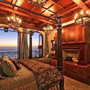 Foto di una camera matrimoniale mediterranea di medie dimensioni con pareti beige, parquet scuro, camino classico, cornice del camino in legno e pavimento marrone