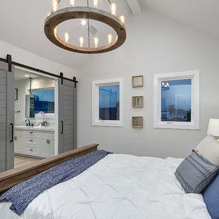На фото: хозяйские спальни в морском стиле с серыми стенами, полом из керамогранита и коричневым полом без камина
