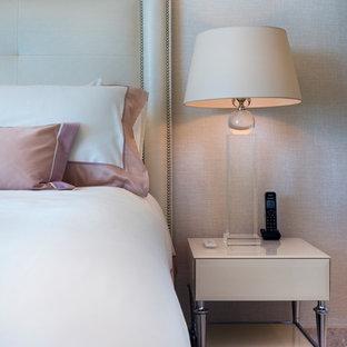 Diseño de habitación de invitados tradicional renovada, de tamaño medio, con paredes blancas, suelo de mármol y suelo beige
