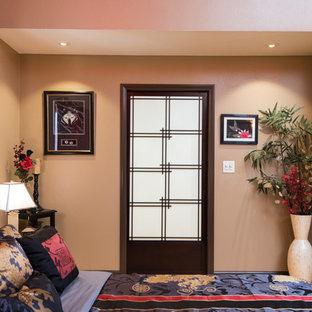 Diseño de dormitorio principal, de estilo zen, extra grande, con paredes beige y suelo de travertino