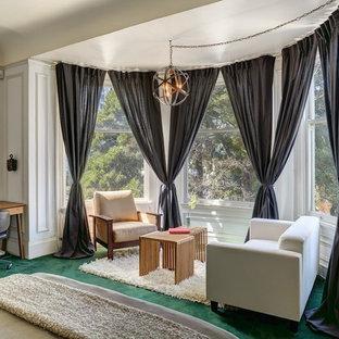 Пример оригинального дизайна: маленькая хозяйская спальня в стиле современная классика с белыми стенами, ковровым покрытием и зеленым полом