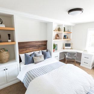 На фото: со средним бюджетом гостевые спальни среднего размера в стиле кантри с белыми стенами, ковровым покрытием и бежевым полом