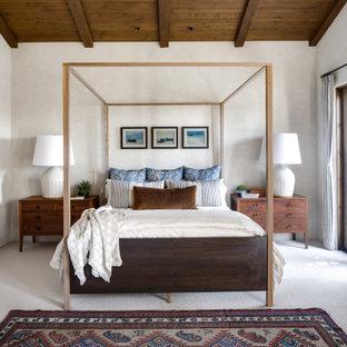 Modelo de dormitorio principal, mediterráneo, grande, sin chimenea, con paredes blancas, moqueta y suelo blanco