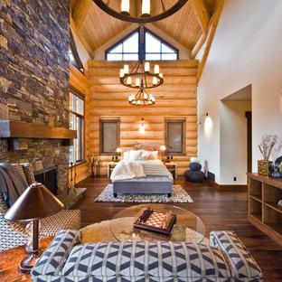 Diseño de dormitorio rural con marco de chimenea de piedra