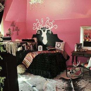 Imagen de habitación de invitados bohemia, de tamaño medio, sin chimenea, con paredes rosas y moqueta