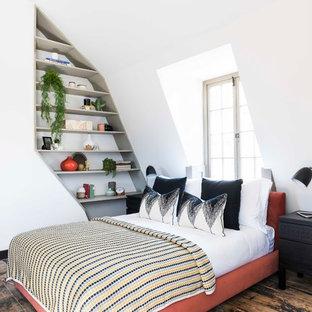 Ispirazione per una camera da letto tradizionale con pavimento turchese