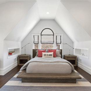 ニューヨークの中サイズのビーチスタイルのゲスト用寝室の画像 (白い壁、無垢フローリング、茶色い床)