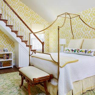 Lantlig inredning av ett sovloft, med gula väggar, mellanmörkt trägolv och brunt golv