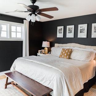 Inspiration för ett stort vintage huvudsovrum, med svarta väggar och heltäckningsmatta
