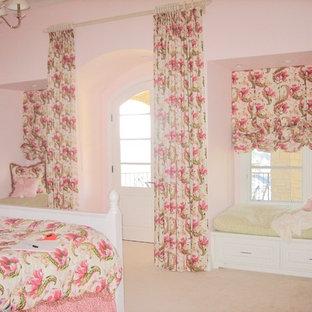 Foto di una camera da letto vittoriana di medie dimensioni con pareti rosa e pavimento rosa
