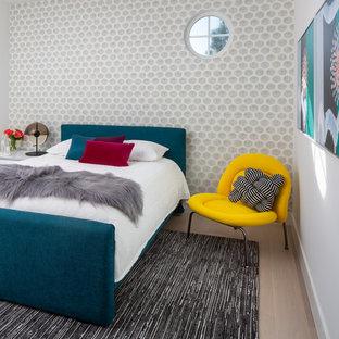 Foto de dormitorio papel pintado, actual, papel pintado, con paredes grises, suelo de madera clara, suelo beige y papel pintado