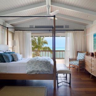 Idéer för tropiska huvudsovrum, med flerfärgade väggar och mellanmörkt trägolv