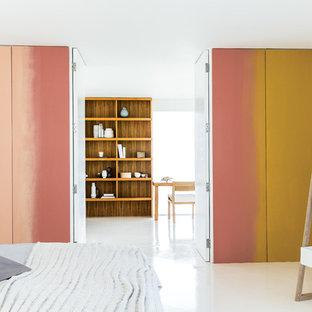 Foto de dormitorio contemporáneo con suelo blanco