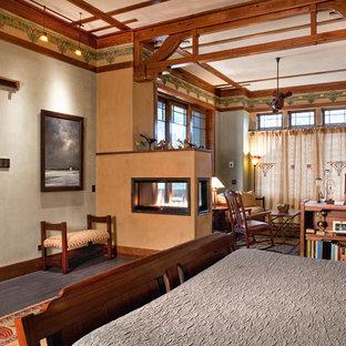 Diseño de dormitorio principal, rural, extra grande, con paredes multicolor, suelo de corcho, chimenea de doble cara y marco de chimenea de yeso