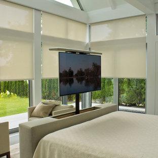 Стильный дизайн: большая хозяйская спальня в стиле модернизм с белыми стенами, полом из сланца и серым полом без камина - последний тренд