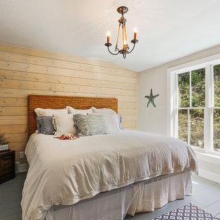 Ispirazione per una camera degli ospiti costiera di medie dimensioni con pareti nere, pavimento grigio, pavimento in legno verniciato e nessun camino