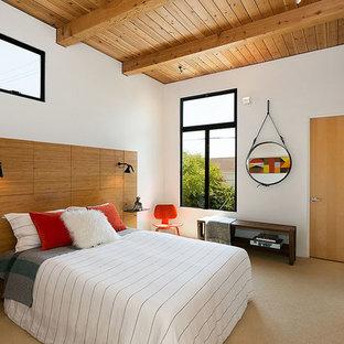 Ejemplo de dormitorio vintage con paredes blancas, moqueta y suelo beige