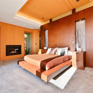 サンフランシスコの大きいコンテンポラリースタイルのおしゃれな主寝室 (カーペット敷き、横長型暖炉、木材の暖炉まわり) のレイアウト
