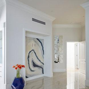 Réalisation d'une chambre d'amis design de taille moyenne avec un sol en marbre, un mur blanc, aucune cheminée et un sol blanc.