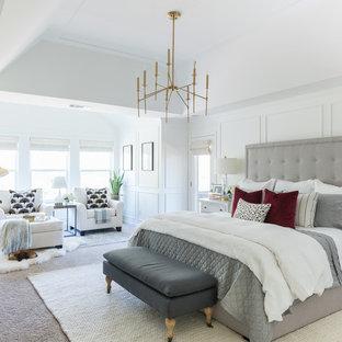Foto de dormitorio principal, tradicional renovado, con paredes blancas, moqueta y suelo beige