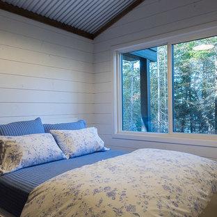 Diseño de dormitorio rural, pequeño, con suelo vinílico y suelo marrón