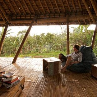 Diseño de dormitorio exótico con suelo de bambú